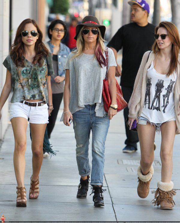 Ashley Tisdale faisant du shopping avec quelques amies le 3 mars à Santa Monica.