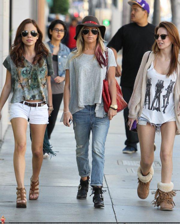 Ashley Tisdale faisant du shopping avec quelques amies le 3 mars à Santa Monica.