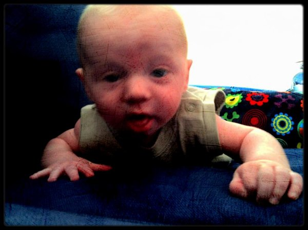 J'ai 4 mois  et je suis trés souriant , maman à commencer ma pannade de legumes et j'en rafole  !!!