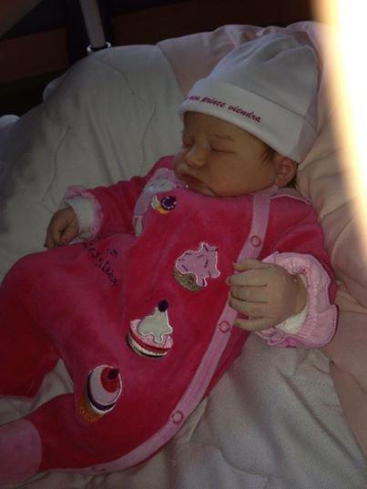 voici ma petite fille eleonor qui est née ce matin mais enf ne m ont méme pas prevue et a pres ils disent que je rouspette heu??????????????????