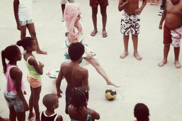 lady gaga passe du temps avec des enfnats d'une favelas de rio