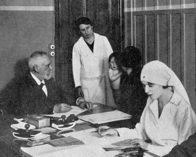 Le docteur Dron en consultation à la Sauvegarde des nourrissons, vers 1927.