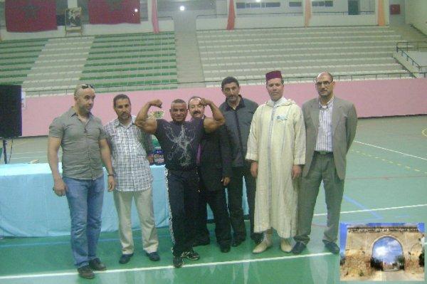 صورة تذكارية لبطل المغرب في الكمال الجسماني وأعضاء الجمعية