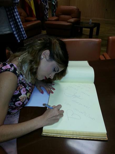 martina signe des otographe pour ses fan ses fan ses vous