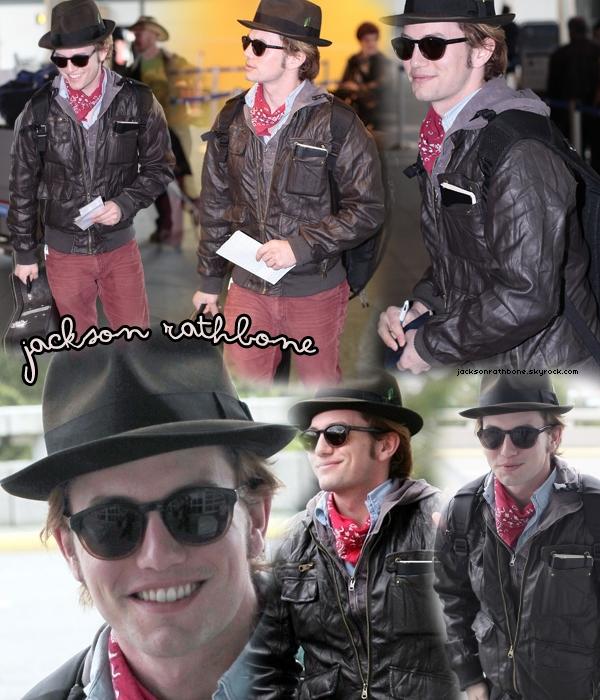 JR    Candid :_____  14/04/2011 : Jackson était photographié à l'aéroport de Vancouver quittant le dernier tournage de la Saga Twilight *   J'ai cru qu'il allait au Texas avec ses fringues de cow boy ... Mais qu'est-ce que j'aime ça !    JR