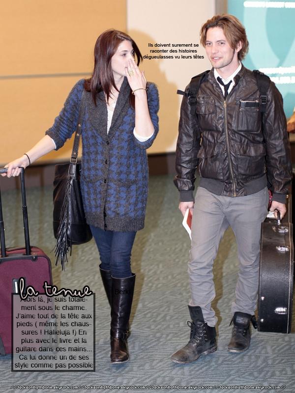 JR    Candid :_____  19/04/2011 : Jacky a été photographié en compagnie de la charmante Ashley à l'aéroport de Vancouvers. Le retour de Jashley ? Vous aussi vous êtes pomés ? Voici la réponse : Ben non le tournage n'est pas encore finie !     JR