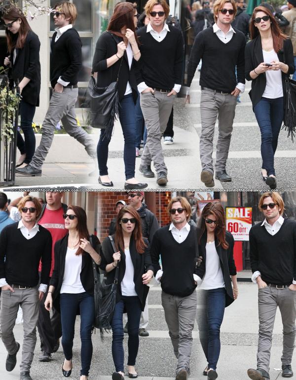 JR    Candid :_____  20/04/2011 : Jackson et Ashley se promenant dans les rues de Vancouver ont été photographié. Bon, le couple fait son come-back ? Qu'en pensez vous ? Euh...c'est moi ou Jackson est un peu roux ? ... :O     JR