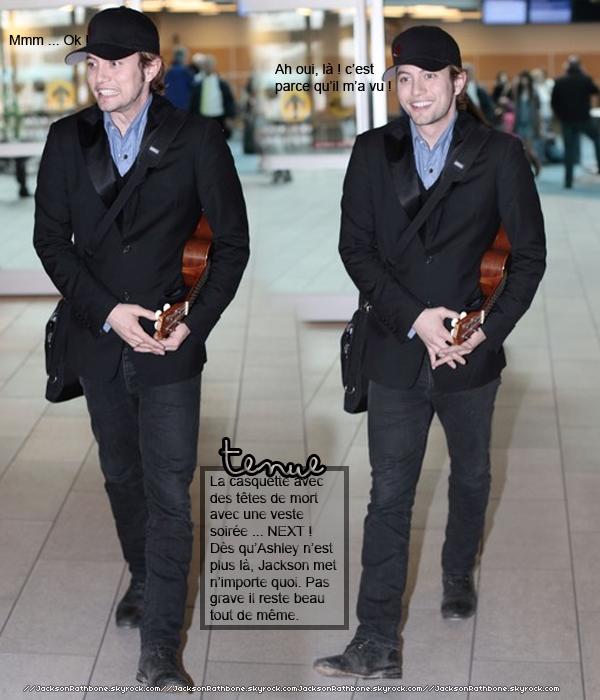 .  Candid :. . . . . .  26/04/2011 : Jackson revient encore une fois à Vancouver ( après avoir fait son concert dans un autre ville ). Si c'est pas la guitare c'est le ukulélé. Il est tout souriant, ça fait plaisir de le voir comme ça.    .