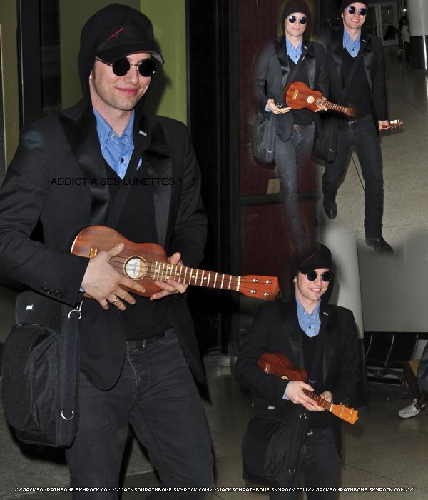 .  Candid :. . . . . .  28/04/2011 : Jackson à l'aéroport de LAX. Le pauvre, il ne reste même pas un jour dans 1 même ville ... Je sais pas pourquoi mais je suis pliée quand je vois ces photos o_o     JR