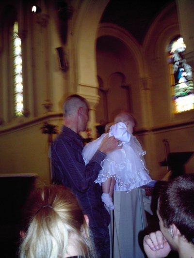 le papa qui presente la petite manon au personnes