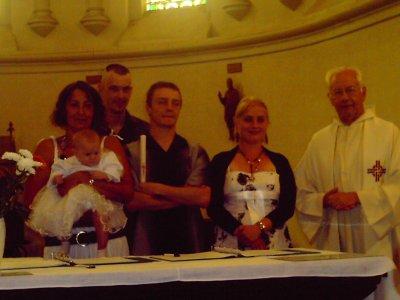 nous 4 avec la petite baptiser et le pretre
