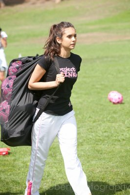 Nina dobrev faisant du foot