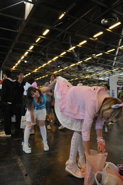 Japan Expo (& Holidays) ; Soon :'D ↓ Photo : Lei' Regarde en dessous les jupes des filles, hé oui u_u