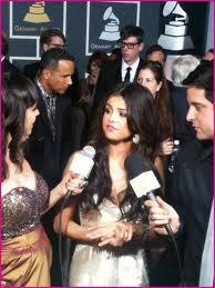 Selena ce dit  Wesh arrêter avec votre micro et vos Question!!!! lollll
