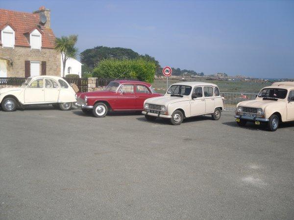 les 4l et une jeunette super cinq gt turbo de 1985 !! et une 4 cv noire de 1956!