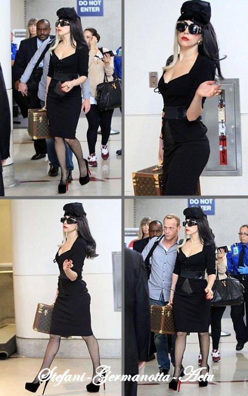14/07/11 - Lady gaga arrivant à l'aéroport LAX à Los Angeles , La tenu ? on aurait pu faire mieux ? je ne pense pas . Cette  tenu lui va magnifiquement bien , un gros TOP pour moi . TOP OU FLOP ?