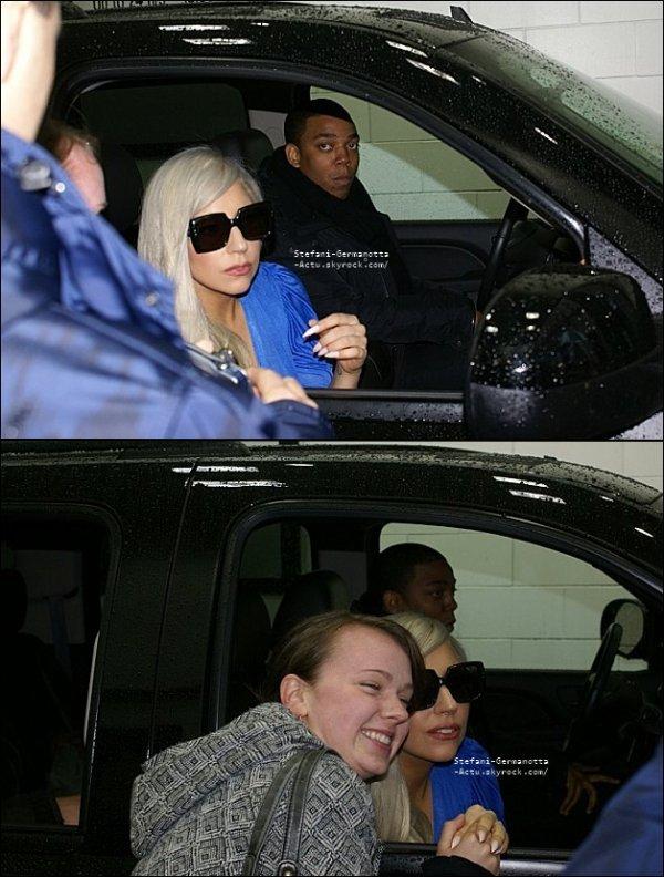 23/11/11 - Lady gaga avait été vu prenant des photos avec des fans .