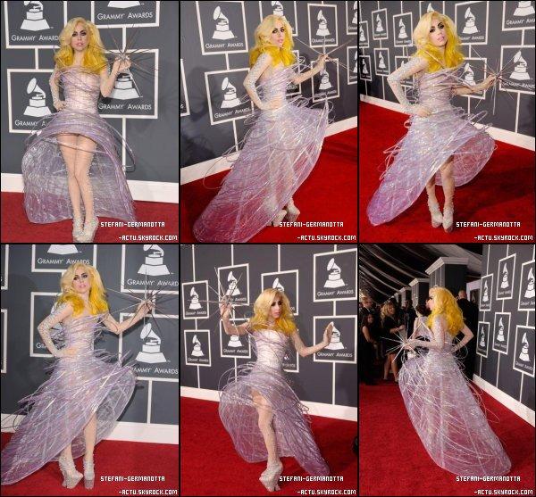 . ● FLASHBACK  - Lady Gaga était présente aux Grammy Awards 2010 .  Sa tenue est pour moi un Top , c'est une tenue à la Gaga comme je les aime . Top ou Flop ?.