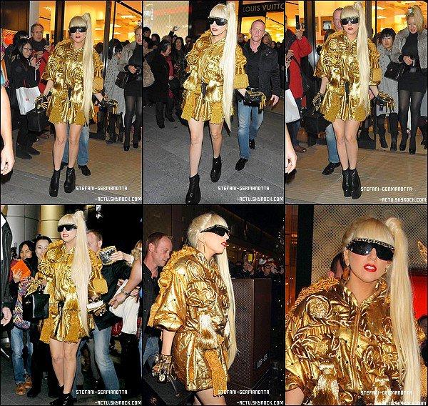 . ● 22/12/11  - Lady Gaga a été vu aujourd'hui au magasin Louis Vuitton au Japon . Une tenue couleur or avec ses cheveux blond rend vraiment bien , un Top . Top ou Flop ?.
