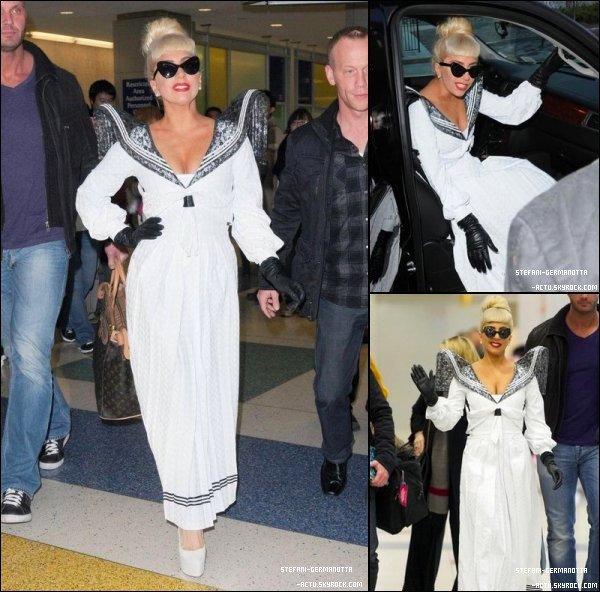 . ● 24/12/11  - Lady Gaga a été vu de retour à N-Y pour les fêtes .  Gaga a opter pour une robe blanche , Top ! Top ou Flop ? .