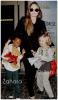 Candids : A la sortie de l'aéroport de L.A , Angelina Jolie et ses 2 filles ( Zahara & Shiloh ) ont été assaillies par les paparazzis  . Tandis que Angelina lutte pour rester naturel devant l'objectif , et que Shiloh pose devant eux , Zahara est perdue et malalaise . Sur son visage on comprend tout de suite que entre elle et les pap'z , le feeling ne passe pas ! Pourtant elle devra s'y faire : Etre la fille de l'actrice la plus célèbre au monde a des conséquences ....