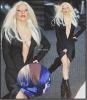 """Candids : Si on ne fait pas attention à son décolleté plus que plongeant, on constatera que Lady Gaga a enfin fait un effort niveau vestimentaire en portant une simple robe noire ... Mais quand on observe un plus bas , et découvre ces """"plateformes"""", on re-constatera que Miss Gaga reste fidèle à son style décalé .  Enfin bref, sur ces clichés on peux également voir qu'elle a l'air d'avoir été aidé niveau poitrine ... Celle qui avait déclarée, ne jamais faire de la chirurgie esthétique, aurait-elle céder a la tentation ?"""