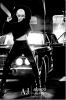 """Rihanna : Elle pose """"bien"""" retouchée, toute de noire vêtue et avec une affreuse perruque blonde pour Armani ."""