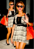 Beyonce :  A la sortie de son hotel new yorkais elle apparait avec un rouge à lèvre rouge sang assortis à son sac (que je trouve mal portée d'ailleurs), de petits talons, de grosses boucles d'oreilles or et une mèche qui se courbe sur le côté : Beyonce penche entre le style classe et le look de vieux ... Mais elle se rattrape sur sa robe mettant en valeur son ventre de plus en plus rond ! Trop choux !
