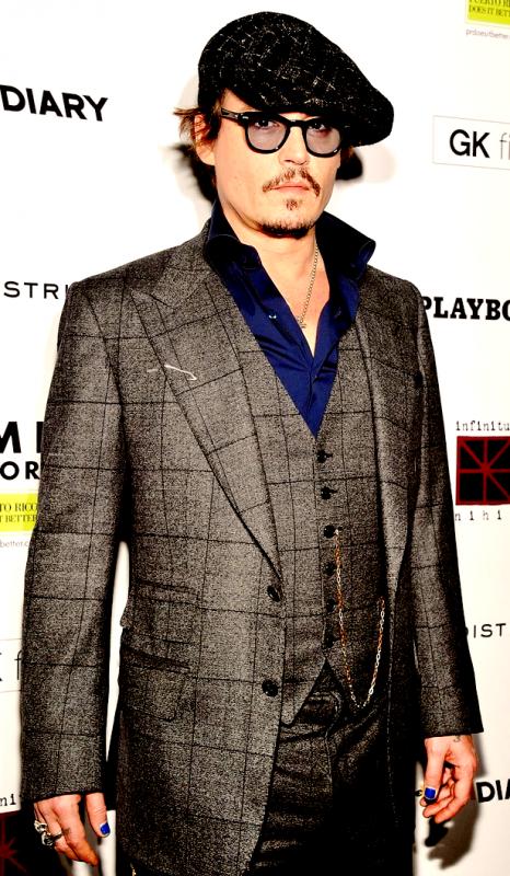 Candid : Vous ne rêvez pas ! Johnny Depp a bien du vernis bleu sur ses ongles !