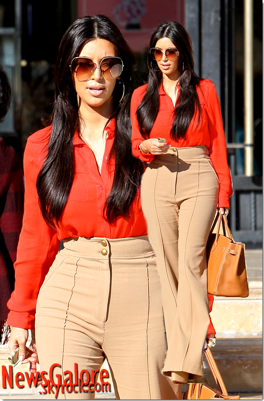 Kim Kardashian à la sortie de chez l'esthéticienne à Barney . J'adore sa tenue : Je trouve que les pantalons et jupes tailles hautes vont super bien à Kim, mais c'est surtout le fait qu'ils mettent en valeur ses grosses fesses et hanches !