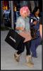 Nicki Minaj a été vue dans les rues de Los Angeles, arborant une perruque rose et un style décontracté, après avoir fait du shooping chez Chanel .