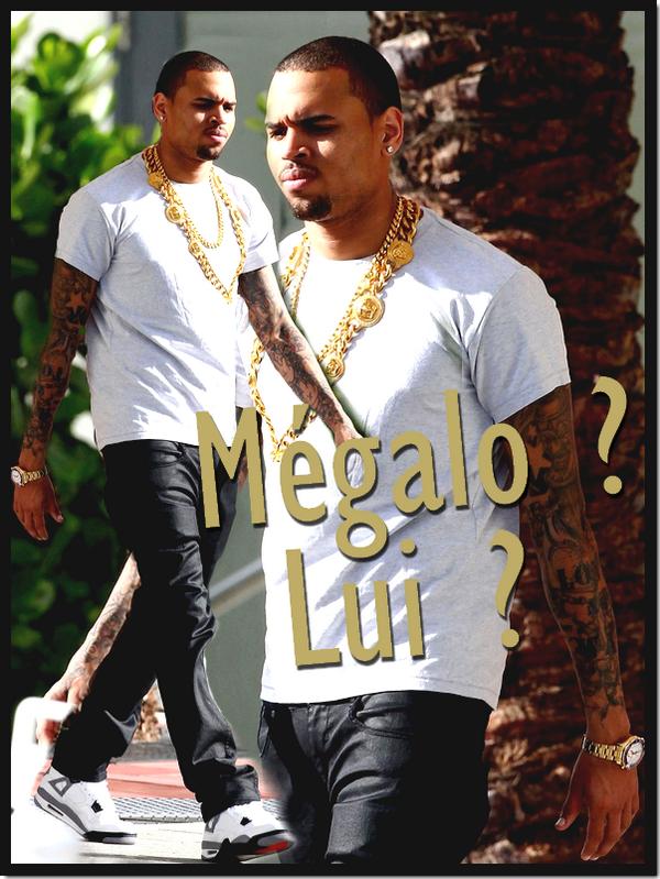 Candid : A la sortie de son hôtel à Miami Beach, Chris Brown  a été repéré arborant une énorme chaine en or et une montre aussi en or ! Vous avez dit mégalo ? Nan comme même pas !