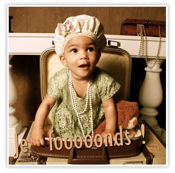 """A seulement 9 mois, Shai Moss, la fille de Bow Wow pose comme une pro devant l'objectif ! Sa grand mère, Teresa, qui a posté une photo de sa petite fille posant dans une valise avec une tenue dans les tons pastel ( c'est la tendance !), des dentelles et des perles sur Twitter le confirme : """" Shai est tellement belle ... On dirait qu'elle aime la caméra """""""