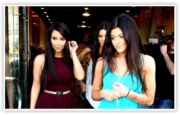 Kim et ses 2 petites soeur, Kylie et Kendall faisant du shopping à Los Angeles . J'adore la tenue de Kim & Kendall ( Celle en débardeur & bottes à lacés ) !