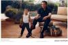 La légende du ring Mohamed Ali est la star de la nouvelle campagne publicitaire de Louis Vuitton. On le voit posé dans le jardin de sa propriété de Phoenix regardant avec fierté son petit fils de 3 ans, Curtis Mohamed Conway Jr, qui porte des gants de boxe un peu trop grand pour lui. A ses côtés on peux voir le fameux sac Louis Vuitton - Keepall 50. En 2011, Louis Vuitton avait fait appel à Angelina Jolie qui posait sur une barque au Cambodge avec son sac Louis Vuitton - Alto. Les deux stars ont été photographiés par Annie Leibovitz.