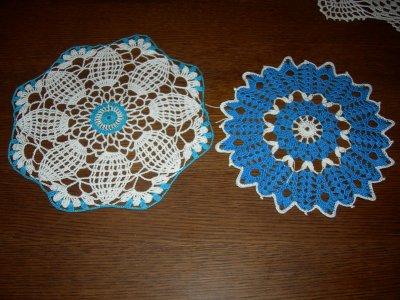 blanc et bleu turquoise 26 cm  et le bleu et blanc21 cm