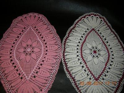 napperon ovale ecru et bordeau et rose foncée et rose claire
