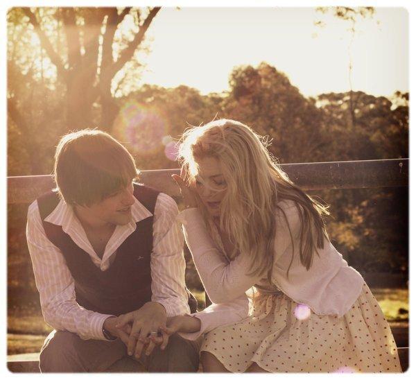 """""""C'est fou d'aimer une personne à ce point, et de pas savoir comment lui montrer."""""""