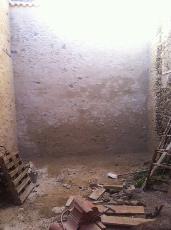 le mur du fond de la cour est terminné