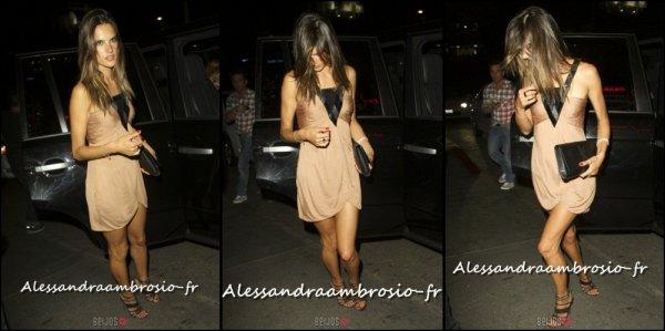 Alessandra arrivant à une soirée le 26 août 2011