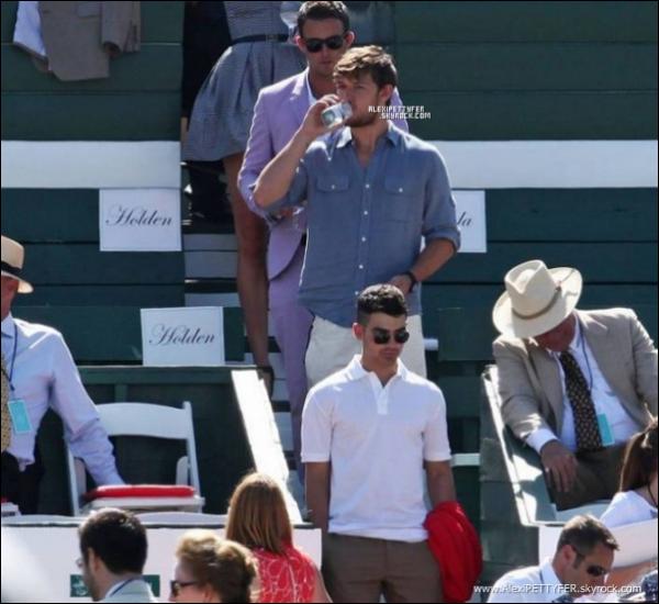 Alex Pettyfer   Sortie en amis au Polo à Santa Monica en Californie.       Alex Pettyfer   Le 10 Juillet 2011 : Alex était en compagnie de Joe Jonas un membre des Jonas Brothers et de Karlie Kloss la troisième mannequin les mieux payés et un inconnu au bataillons  voir un polo à Santa Monicas    Alex Pettyfer