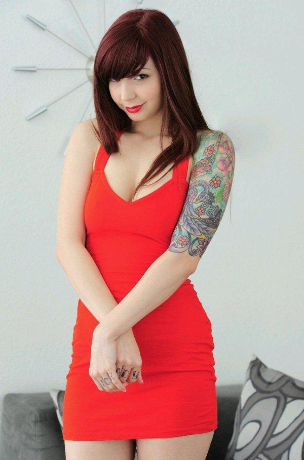 petite Eve en rouge, toute timide lol