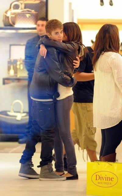 Le couple star s'est rendu à cette grande cérémonie ce week end et depuis on a l'impression qu'ils ne se lâchent plus. Justin Bieber a fêté ses 17 ans le 1er Mars, mais nul doute que Selena n'était pas bien loin.D'ailleur on les voit en balade à Beverly Hills et je ne sais pas si vous avez la même impression que moi, mais Selena a l'air en total kiff ! Justin Bieber lui très soucieux de son image, continue à vérifier que les photographes sont là ou pas. Quoiqu'il en soit qu'il s'agisse d'une comédie orchestrée, ces deux là ont l'air de bien s'amuser et de passer du bon temps ensemble.