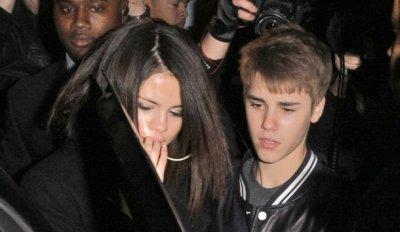 Justin Bieber a repris un des tubes de Selena Gomez sur scène.Justin Bieber est amoureux qu'on se le dise ! De passage en Indonésie dans le cadre de sa tournée mondiale, le petit Prince de la pop a repris Who Says de Selena Gomez, sa chérie, après avoir aussi rendu hommage à Britney Spears. C'est sur scène que Justin Bieber a tenu à chanter une des chansons de celle qui a volé son c½ur.On ne sait pas si le fait que la jolie brune soit dans le public en train d'assister au spectacle a encouragé Justin Bieber a lui faire cette touchante dédicace .En même temps, c'était le moins qu'il pouvait faire pour la jeune chanteuse qui n'avait pas hésité à sauter dans un avion pour le rejoindre.