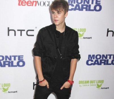 Justin Bieber présent pour Selena Gomez malgré ses mésaventures !                                                                                                                                                   Rien n'est impossible quand on est amoureux et Justin Bieber nous l'a prouvé avant-hier ! Quelques heures à peine après avoir été agressé par un policier, le chanteur posait sur le tapis rouge aux côtés de sa chérie Selena Gomez. Quel dévouement !Et on dit que les jeunes ne savent plus être romantiques... Avant-hier, Justin Bieber nous a montré tout le contraire : à peine remis d'une agression survenue quelques heures plus tôt, la star avait choisi d'être présent pour son amoureuse à la première de Monte Carlo, son nouveau filmJustin est apparu en pleine forme malgré sa journée agitée, alors que Selena semblait un peu pâlotte... Peut-être n'est-elle pas encore totalement remise de son hospitalisation.Les deux tourtereaux auraient bien besoin de nouvelles vacances .