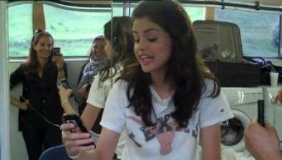 hey hey vous saviez que Selena Gomez : Elle a une photo de Justin Bieber collée sur son portable ! :) a l'amour <3