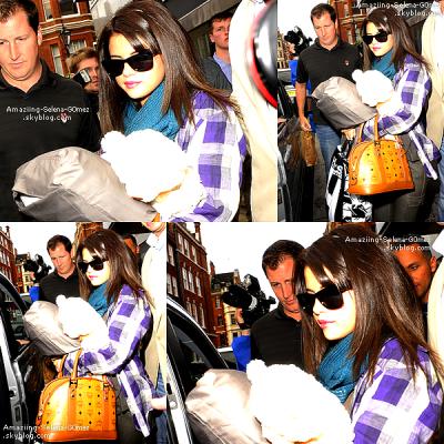 Vendredi 8 juillet:                                                                Selena a été photographiée dans les rues de Londres quittant les ITV Studios la semaine dernière portant la chemise de son boyfriend. Une chemise bucheron à carreaux bleus que Justin avait d'ailleurs porté il y a une semaine, lors d'une virée en amoureux avec Selena.