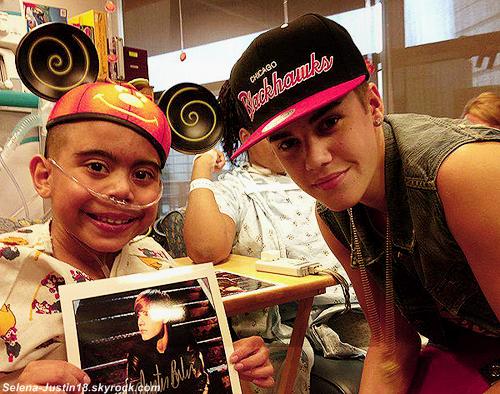 MECREDI 25 OCTOBRE                                       --                                                  Justin rendant visite à des enfants à l'hôpital. C'est vraiment un très beau geste!! + une photo de Justin avec Ryan , Alfredo et Sean Kingston à un match de Hockey.