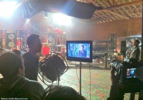 SANTA CLAUS  IS COMING TO TOWN                                       --                                                 Découvrez des anciennes et nouvelles photos de Justin, et d'autres photos sur le set du nouveau clip de Justin pour son album « Under The MistleToe » pour la chanson « Santa Claus is Coming to Town ».