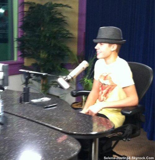 """JEUDI 27 OCTOBRE                                      --                                Justin Bieber s'arrête pour entré à Power 106 et Jack stations de radio FM  pour un  entrevues réalisées en studio, à Los Angeles.Selon TMZ, la chanteur de 17 ans a été arrêté par les flics la nuit d'avant pour conduite dangereusement , mais il s'en est tiré avec un avertissement.Justin à  tweeté, """"d'oublier le battage médiatique .... Me juger sur la musique. # # 5Jours UNDERTHEMISTLETOE # NOV1st """""""